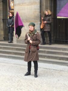 marja du bois met anarcha-feministische vlag